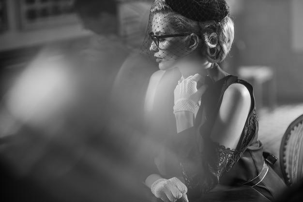 Женщина с черной вуалью на лице