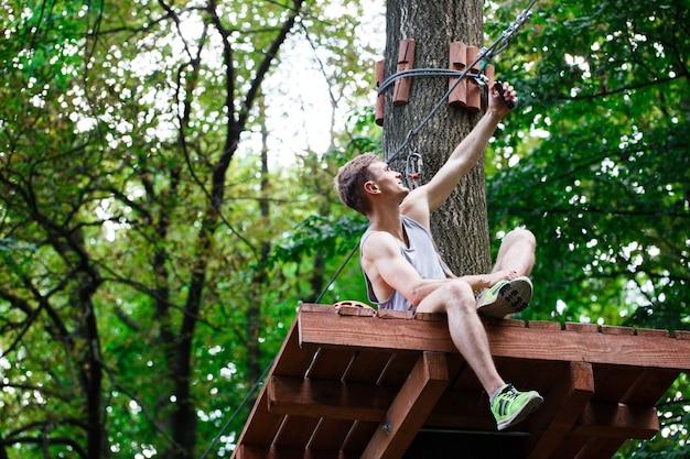 Человек берет себя сидящим на дереве