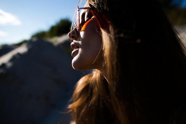 Профиль красивая женщина в красных солнцезащитных очках