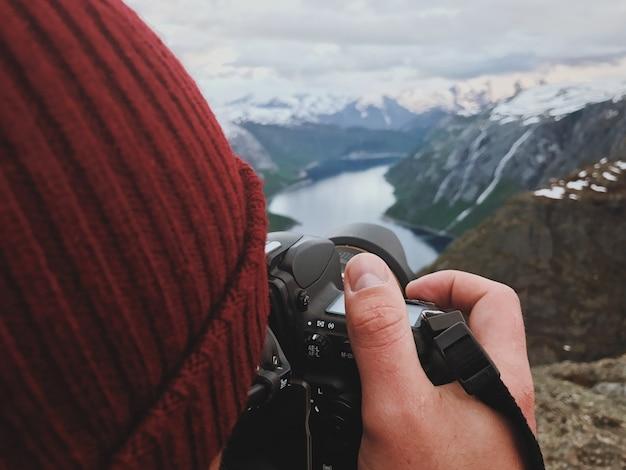 男は豪華なスカンジナビアの風景を撮ります