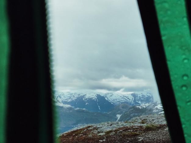 Посмотрите на горы, покрытые снегом через палатку