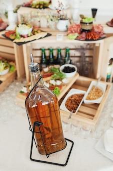 ウィスキーボトルがテーブルの上に立つ