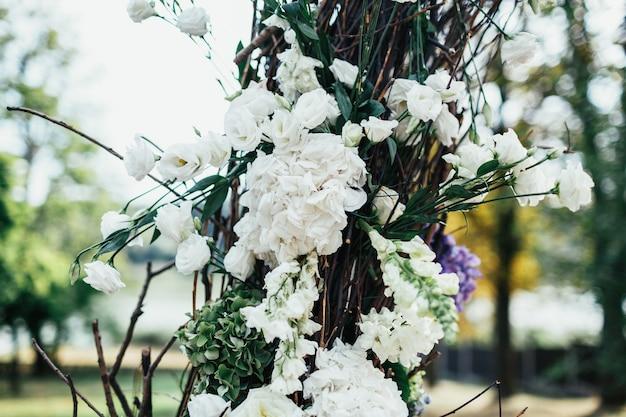 庭にはバラの美しい結婚式の祭壇が立っています
