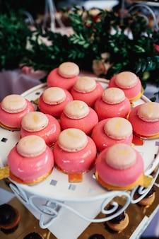 マカロンを使ったピンクのケーキ