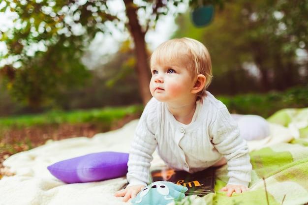 赤ちゃんは公園内の毛布の上にクロール