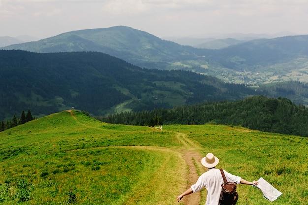 Человек, идущий по грунтовой дороге
