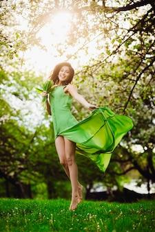 草印象的なスタイリッシュなヨーロッパの緑