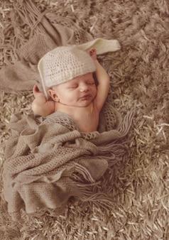 美しい赤ん坊の帽子クローズアップ幸せ