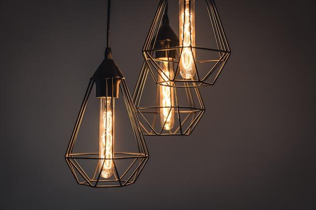 Старинные ретро лампы накаливания в современных люстрах на сером