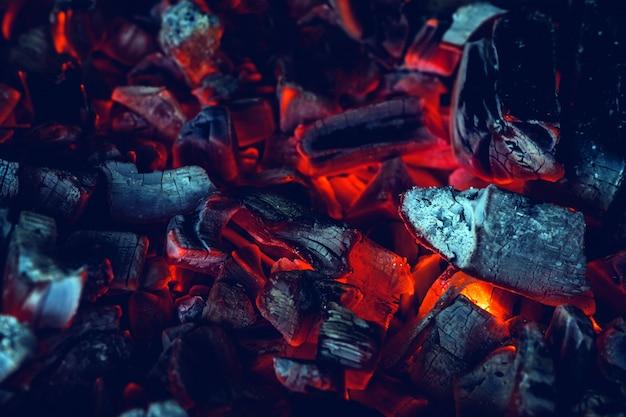 Красный горячий древесный уголь крупным планом