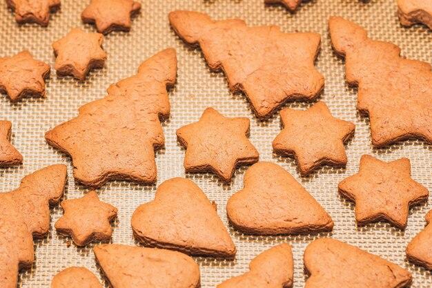 木製のクリスマスジンジャーブレッドクッキー