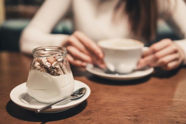 カフェでデザートとモーニングコーヒー
