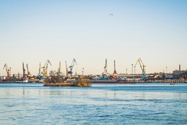 川沿いの港で貨物クレーン