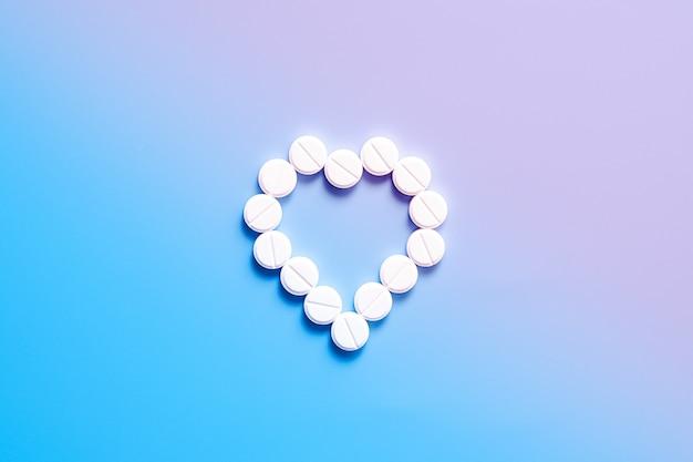 青と紫のグラデーションの丸薬から心