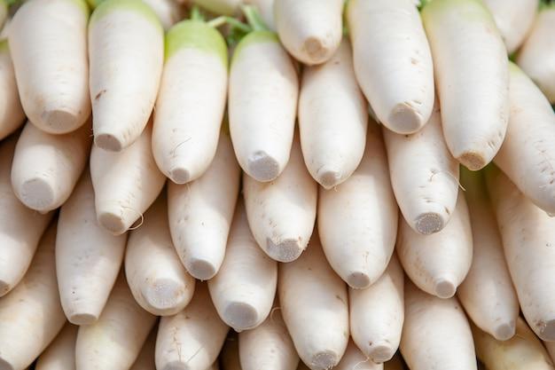 ダイコンで野菜がアジアに立つ