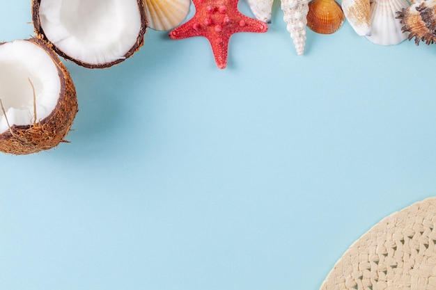 美しい海の要素と青色の背景にココナッツとフラットレイアウト構成