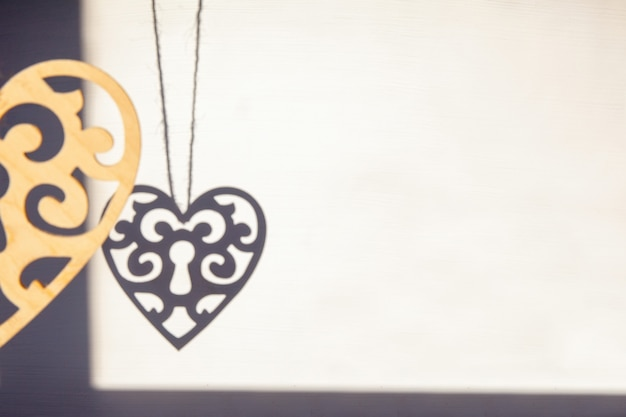 Тень деревянного орнамента сердца на белом фоне, день святого валентина