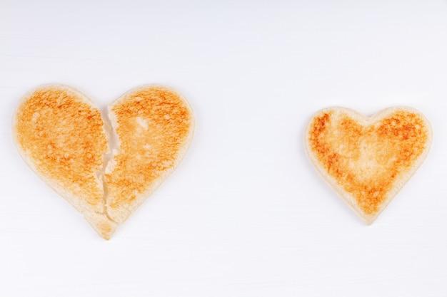 Хлеб тосты разбитое сердце всем сердцем вместе на белом фоне