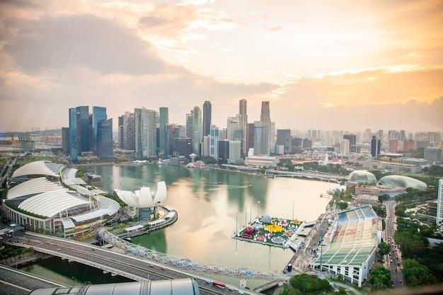 シンガポールのフライヤーから高層ビルとシンガポールの街並みの空撮