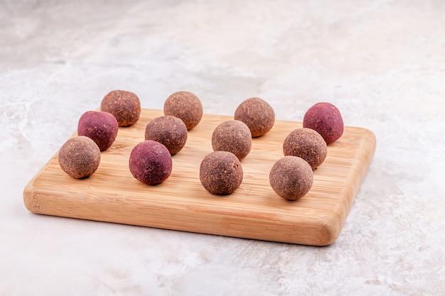 木製トレイ上の自家製生ビーガンカカオエネルギーボール