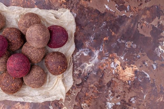 自家製生ビーガンカカオエネルギーボール、ナッツ、日付から健康的なチョコレートキャンディー