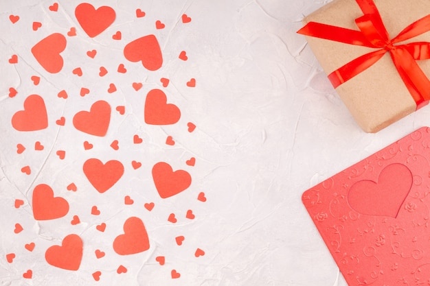 赤いリボンの弓、バレンタインカード、紙吹雪の紙のハートのギフトボックス