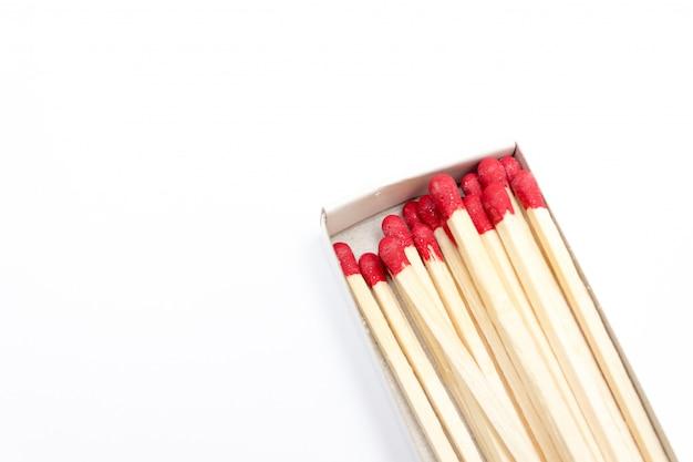 白で隔離ボックスに赤いマッチ