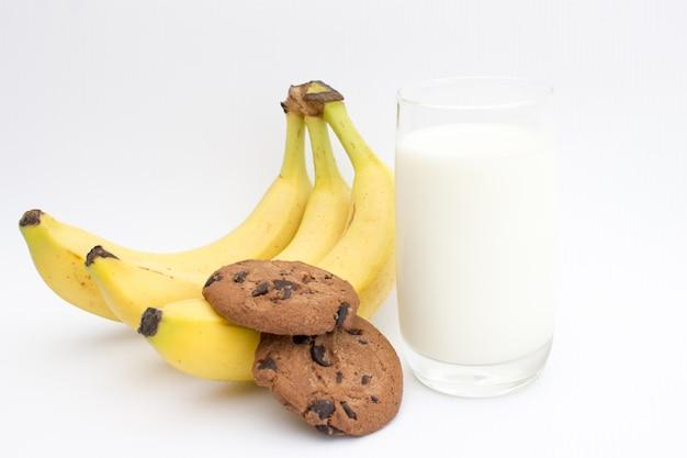 健康的なスナック、チョコレートチップクッキーとミルクバナナシェーク