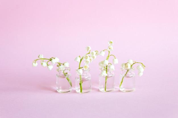 ガラスの瓶にスズランの花