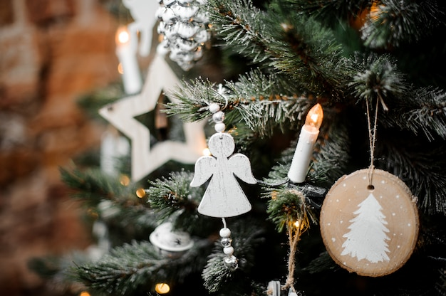 Елочные ветки украшены снегом, гирляндами и игрушками
