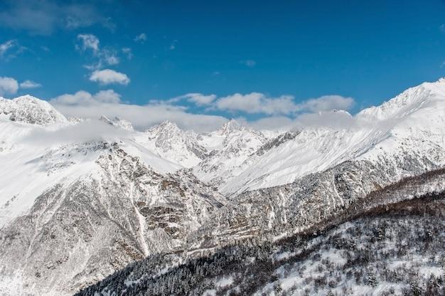 Красивые горные вершины покрыты чистым белым снегом