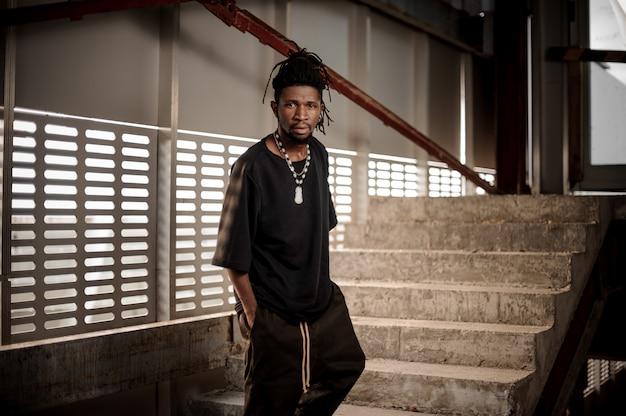 階段に立っているアフロアメリカ人