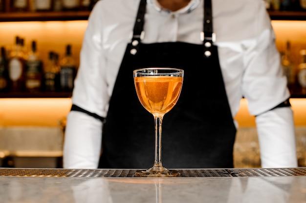 金色のアルコール飲料が入ったグラス