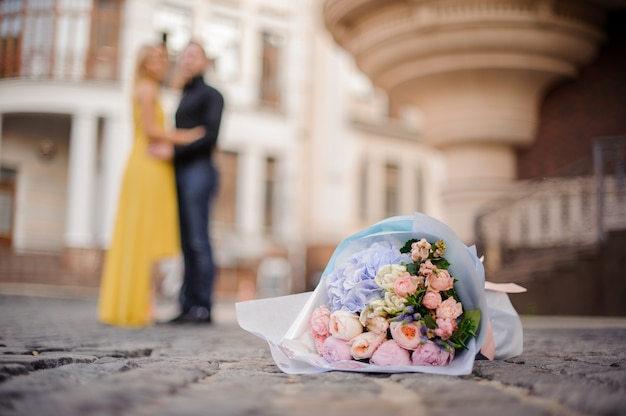 Красивый и нежный букет цветов на мощеной дороге