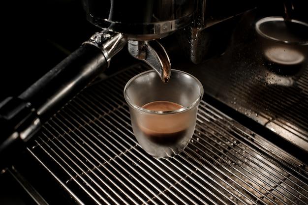コーヒーマシンでコーヒーを作るプロセス