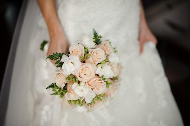 花束を持って白いドレスの花嫁