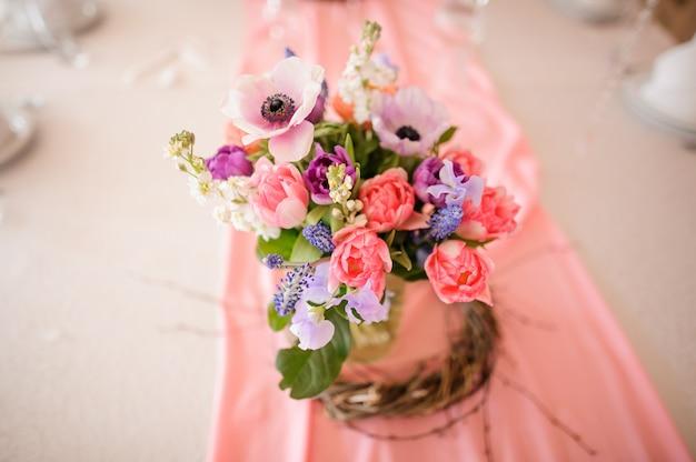 美しい花と花瓶で作られたテーブルデコレーション