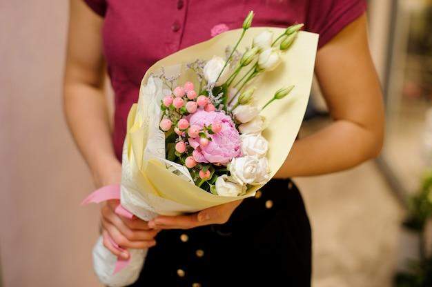 女性の手の中の柔らかくて美しい花束