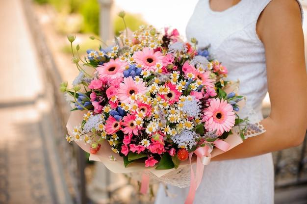 Красочный и красивый свадебный букет в руках женщины