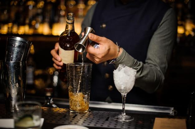 新鮮なアルコールカクテルを作るプロセス