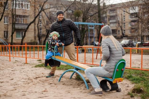 Счастливые молодые родители веселятся с маленьким сыном