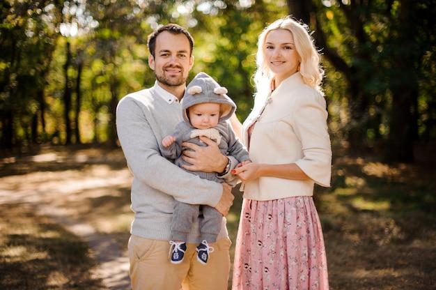 Счастливые молодые родители с милым маленьким сыном