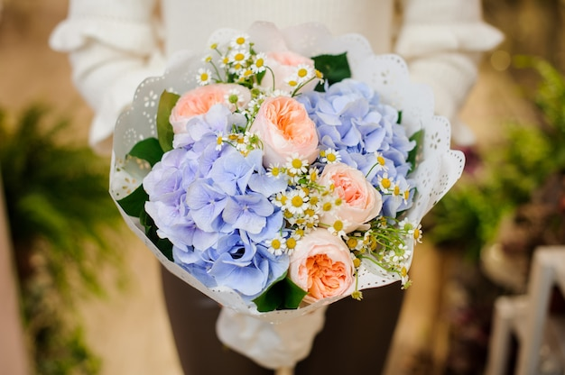 美しいバレンタインの花束を保持している女性の手