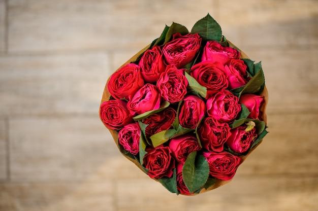 美しい赤いバラの上から見た写真