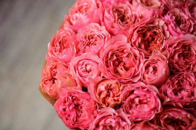 明るいピンクの牡丹のバラの花束のトップビュー写真