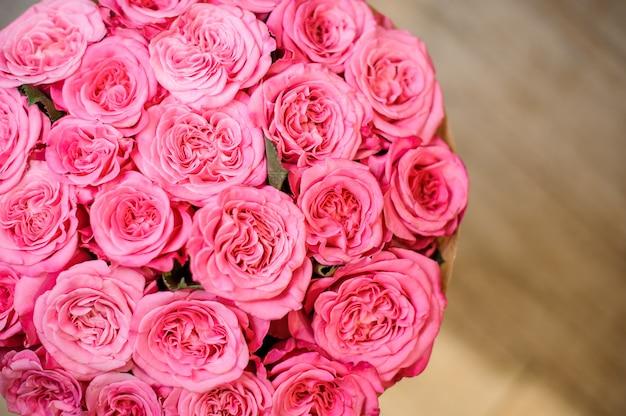 豪華な明るいピンクのバラの上から見た写真