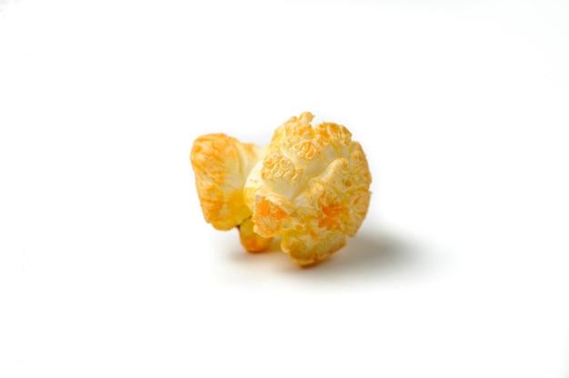 Вкусный попкорн один на белом