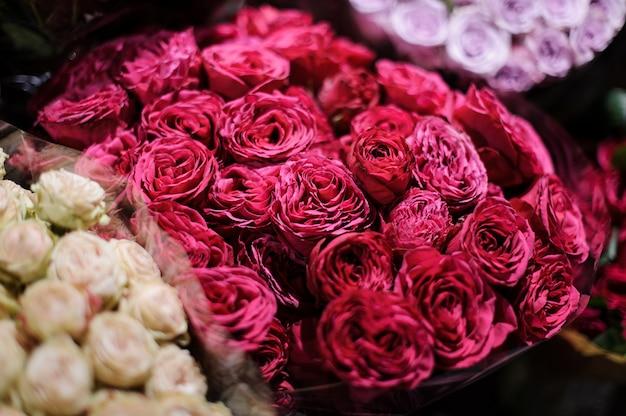 濃いピンクの牡丹のバラで構成される花の花束