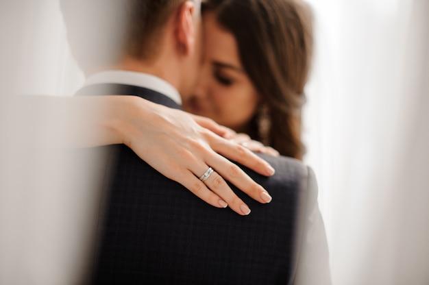 花嫁は彼女のエレガントなダイヤモンドの婚約指輪を示します