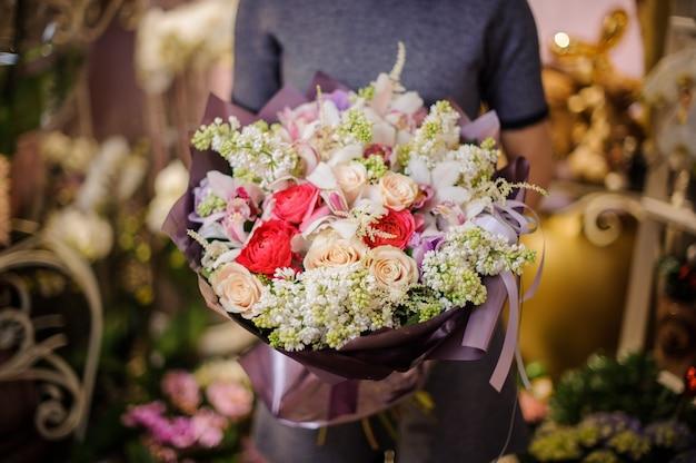 別の花の美しい花束を保持している女の子